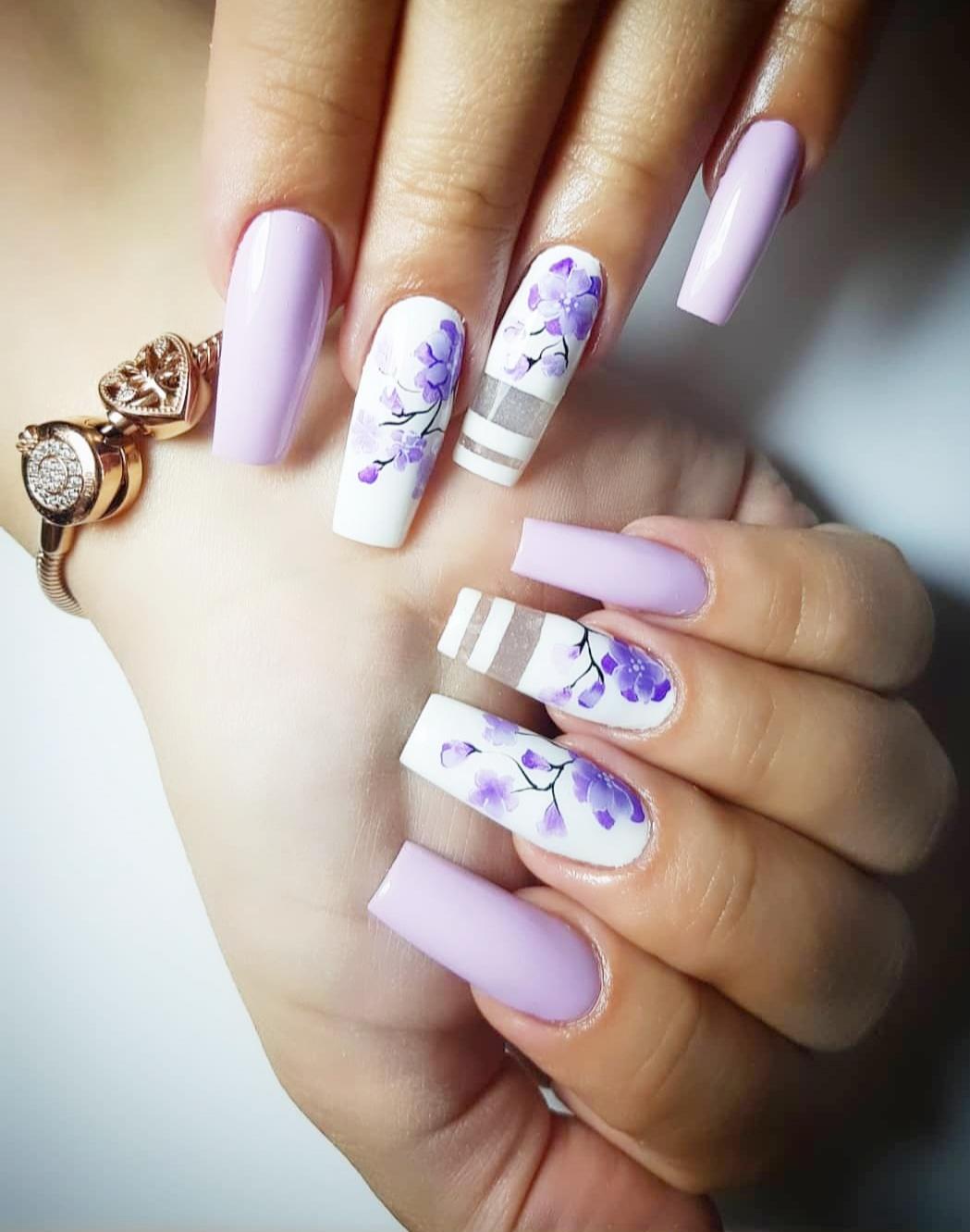 Iscrtani nokti sa cvetovima
